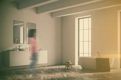 Coin d'une salle de bains blanche avec le plancher en bois modifié la tonalité Photographie stock