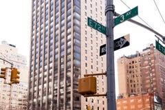 Coin de 3ème rue d'avenue et d'E soixante-douzième dans NYC Image stock
