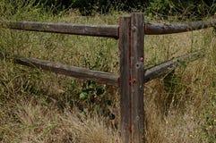 Coin de barrière de rail en bois photographie stock