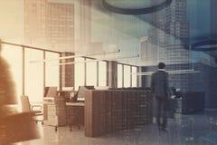 Coin de bureau blanc, bureaux en bois béton, homme Photos libres de droits