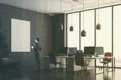 Coin de bureau gris-foncé, chaises rouges, affiche modifiée la tonalité Image stock
