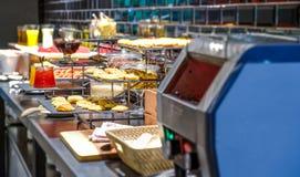 Coin de comptoir à salades dans le restaurant de buffet photos stock