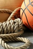 Coin de gymnastique, bille de basket-ball et corde photo stock