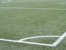 Coin de jeu de football au terrain de jeu d'herbe verte Image stock