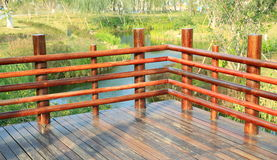 Coin de la plate-forme en bois, terrasse en bois avec la balustrade en bois photographie stock libre de droits
