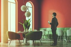 Coin de luxe de restaurant de sofa vert, colonnes, homme Photo libre de droits