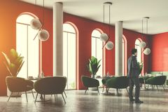 Coin de luxe de restaurant de sofa vert, homme d'affaires Photographie stock