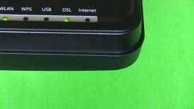 Coin de modem sur le fond vert banque de vidéos