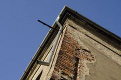 Coin de vieille maison inutilisée avec le ciel à l'arrière-plan Photographie stock libre de droits