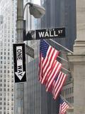 Coin de Wall Street avec le signe à sens unique Photos libres de droits