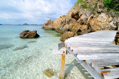 Coin en bois de pont sur la mer. Photographie stock libre de droits