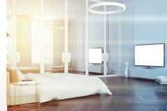 Coin gris de chambre à coucher, un poste TV modifié la tonalité Photographie stock