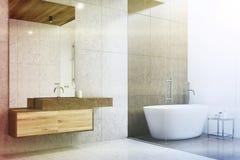 Coin gris et blanc de salle de bains modifié la tonalité Photos stock