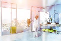 Coin gris et en verre de salle de bains, baquet blanc, femme photos stock