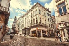 Coin lumineux des rues dans la ville historique avec les pierres pavées en cailloutis, les restaurants et les aînés de marche Images libres de droits