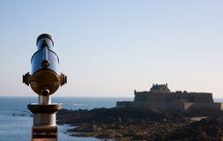 Coin operated viewfinder telescope overlooking sea Royalty Free Stock Photos