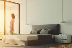 Coin panoramique blanc de chambre à coucher, femme Photos libres de droits