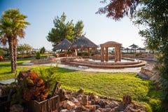 Coin pour détendre sur la mer, île de l'eau, piscine extérieure avec la plage Zotics images stock