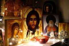 Coin pour la prière Église à la maison traditionnelle russe Prière à Dieu Icônes illuminées par une guirlande Jesus Christ Ancien photo libre de droits