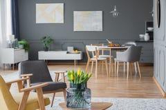 Coin salon avec des tulipes photo libre de droits