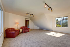 Coin salon spacieux lumineux en haut avec le plafond voûté photographie stock