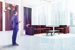 Coin scandinave de salon, sofa rouge, homme Image libre de droits