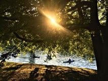 Coin secret en Valentine Park, ville de Turin, Italie Le fleuve P?, aviron, arbre et rayon de lumi?re photos stock