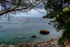 Coin sur la plage de Creiro, avec les bateaux récréationnels sur le bida de l'eau et de ¡ de Portinho DA Arrà à l'arrière-plan, S photo stock