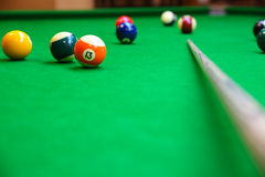 Coincez la boule sur la table de billard, le jeu de billard ou de piscine sur la table verte, sport international Photo libre de droits