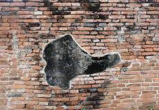 Coincidentally ботинк-нравить на старой кирпичной стене стоковая фотография rf