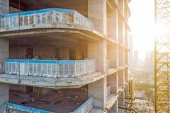 Coincstruction d'un bâtiment et d'un coucher du soleil ayant beaucoup d'étages Photographie stock