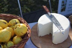 Coing et fromage Photos stock