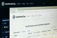 Coinmarketcaphomepage op het scherm van PC stock fotografie