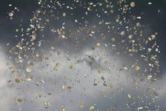 coins den fallande skyen för euroen Royaltyfri Foto