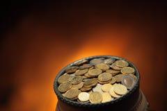 coins den guld- krukan Royaltyfria Bilder