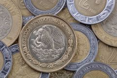 coins den mexikanska pesoen Arkivfoto