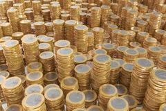 coins euro som många piles Arkivbilder