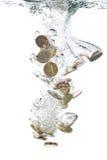 coins fallande vatten för euroen Royaltyfri Fotografi