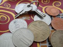 coins-and-keys-on-ceramic-tray Stock Image