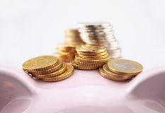 Coins and piggy bank Royalty Free Stock Photos