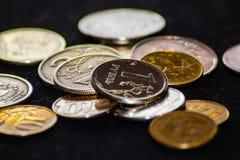 coins russia Rysk två-hövdad örn på rubelmyntet arkivfoton