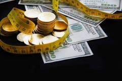 coins sparande för stapel för begreppshandpengar skyddande Arkivbild