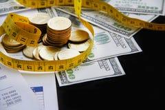 coins sparande för stapel för begreppshandpengar skyddande Royaltyfri Bild