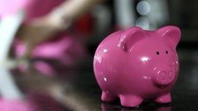 coins sparande för stapel för begreppshandpengar skyddande stock video