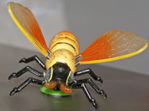 A coisa plástica do corte do brinquedo fez a grande vespa da abelha voar fotos de stock