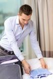 Coisas da embalagem do homem de negócios na mala de viagem Fotos de Stock Royalty Free