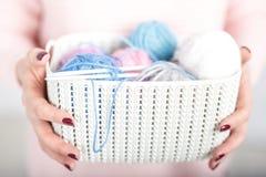 Coisas de confecção de malhas do bebê da mulher à disposição Imagens de Stock
