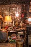 Coisas e collectibles velhos em uma garagem justa Imagem de Stock Royalty Free