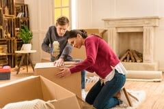 Coisas novas da embalagem dos pares para casa movente fotografia de stock royalty free