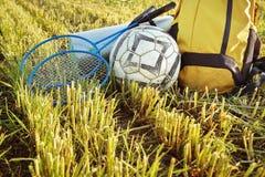 Coisas para uma mochila do piquenique, bola, raquete, close up do tapete Imagem de Stock Royalty Free